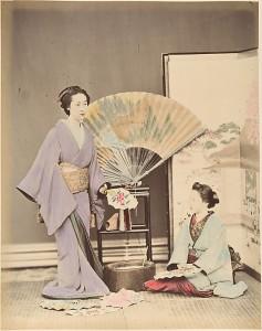 Две японские женщины в традиционной одежде с веером и ширмой. 1870-ые