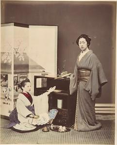 Две японские женщины позируют с веерами. 1870-ые