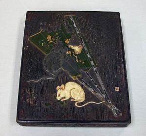 Коробочка ля письменных принадлежностей с изображением мыши и веера. Огава Харицу (Рицуо). XVIII век.